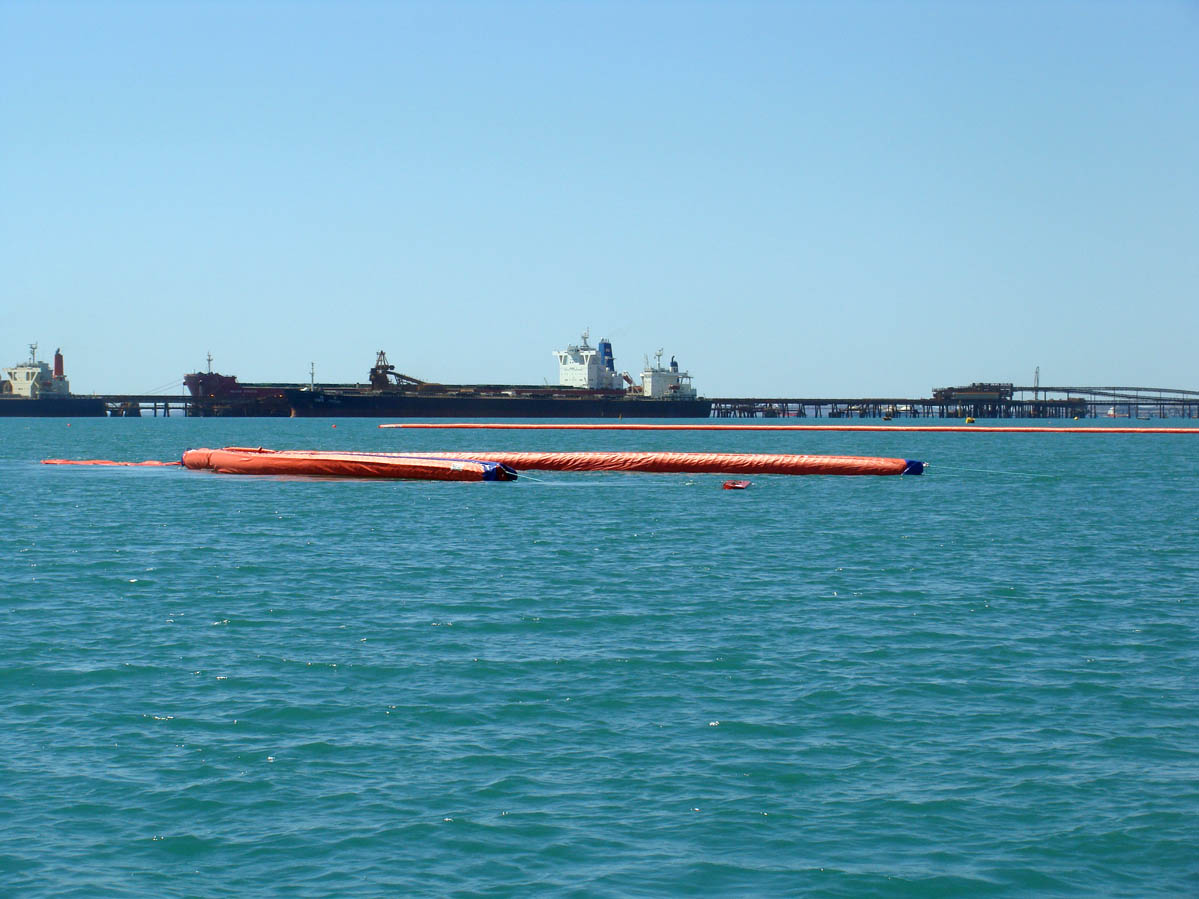 Oil trawl fast current